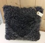 Handsydd kudde i Gotlandsskinn med infällt hjärta. 45*45cm Svart kraftig vadmal på baksidan. 1100kr