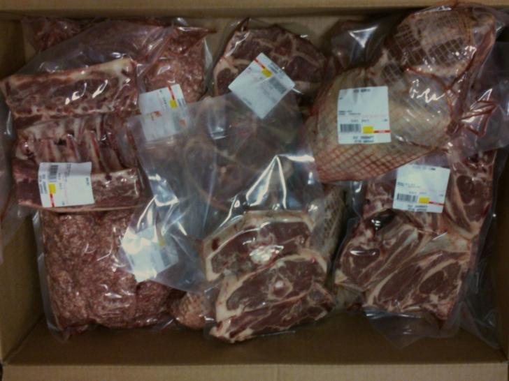 Färskt lamm direkt från slakteriet. Finns att beställa till hösten i olika alternativ på lådor