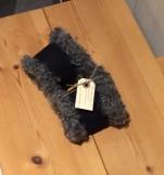 Handsydda handledsvärmare i fårskinn med mockafärgad utsida, kan fås i flera olika färger. Kantade med gotlandsfårskinn. 310kr