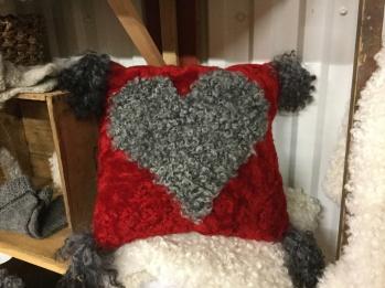 Kudde med hjärta - Röd kudde med grått hjärta