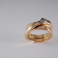 Ring i guld med ett hjärta i vitguld o två diamanter