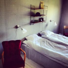 Denna bild föreställer ett rum med stringhylla på Strömma Farmlodge bed and breakfast i Tvååker
