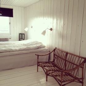 Denna bild visar ett rum med träplankor på väggarna på Strömma Farmlodge bed and breakfast i Varberg Tvååker