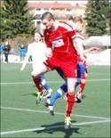 Sunds försvarare Johan Liliekvist gjorde ett snyggt volleymål. Här i kamp med Fredrik Lundqvist i IFK 3.