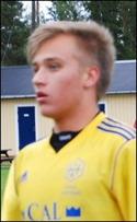Ett mål och ett ass kom från unge Holm-aren Dennis Frisks fötter.