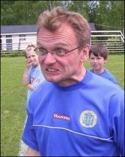 En sammanbiten Kenneth Kile tränar IFK 2, men vad har du för tröja på dig?