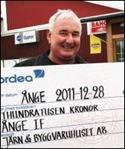 Peder Mousten med check till ÅIF. Foto: Björn Sjödin.