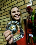Ellen Löfqvist visar glatt upp priset som Medelpads bästa fotbollstjej 2013 för ST:s duktige fotograf Mårten Englin.