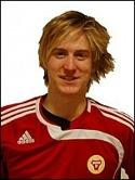Mikael Edströms mål gör att Sund fortfa-rande har chansen till division 3-spel även nästa år.