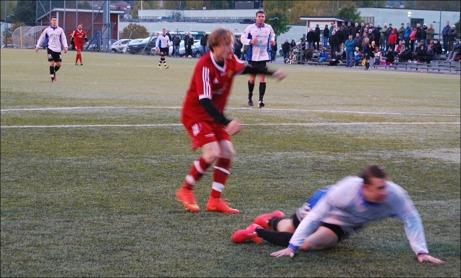 """Bilden må vara suddig men den visar Robin Nordins viktiga 1-0-mål i Alnös första kvalmatch mot Ytterhogdal. Robin gjorde ytterligare ett mål i matchen när """"Den Röda Maskinen"""" vann med 3-1. Nu väntar returmatch i Härjedalen på lördag. Foto: Janne Pehrsson, Lokalfotbollen.nu."""