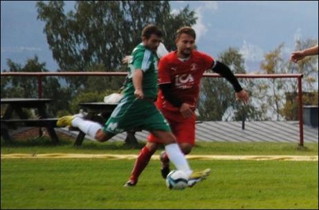 Callum Patton trycker in 2-0  när Östavall slog Söråker på deras egen hemmaplan med 3-0. Foto: Fredrik Lundgren.