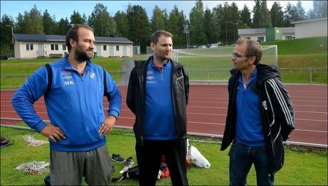 Tre av nyckelpersonerna i IFK Sundsvall just nu är A-lagstränaren Mikael Kotermajer, division V-lagets tränare Fredrik Allgren samt sportchefen Kenneth Kile. Foto: Oskar Lund