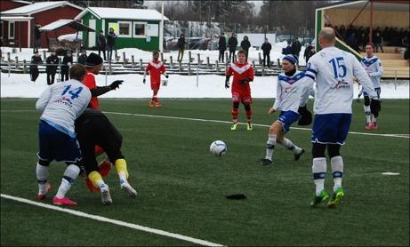Joakim Edström har ett jätteläge Timrå ledningen mot div. II-laget Härnösand men dessvärre hinner försvaret täcka upp och matchen slöt 0-0. Jonas Wallerstedt, #15, följer händelseutvecklingen. Foto: Janne Pehrsson, Lokalfotbollen.nu.