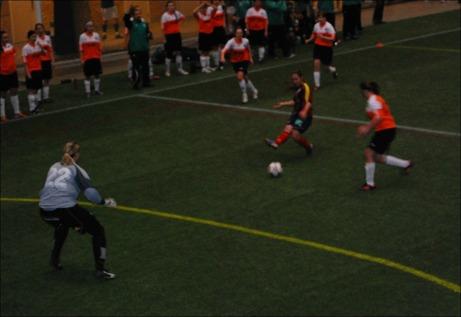Ljustorps damer har nu släppt in 43 mål på de två inledande matcherna i MittMedia Cupen. Här är Selångers Hazal Altuntas framme och oroar i 23-3-segern. Foto: Janne Pehrsson, Lokalfotbollen.nu.