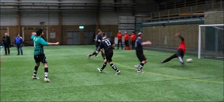 Publiken fick se över 100 mål i MittMediaCupen sparkade igång i afton. Här gör Sidsjö-Böle ett av sina åtta mål bakom Hassels kommunalråd mellan stolparna, Lasse Persson. Foto: Lokalfotbollen.nu.