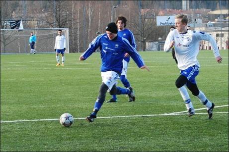 Matfors pressade på mest hela mot Timrå 2 i dagens första match men hade svårt att få till avsluten. Brukets Blå vann emellertid med 2-0. Båda målen gjorda av Daniel Boström (bilden). Foto: Janne Pehrsson, Lokalfotbollen.nu.