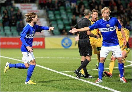 Simon Helg har kvitterat till 2-2 mot Ängelholm och grattas av Pontus Engblom. Foto: Anders Thorsell (klicka på bilden för att se fler av Anders bilder från matchen).