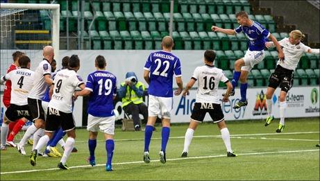 Johan Eklund når högst och nickar in Giffarnas segermål i slutet av den första halvleken. Foto: Anders Thorsell (klicka på bilden för ännu fler).
