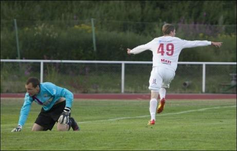 Viktor Roos jublar sedan har prickat in 2–0 bakom Marcus Krutzén i Selångers mål och skickat Hudiksvalls FF vidare i Svenska cupen. Fotograf: Malin Pahlm