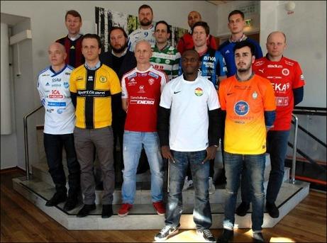 Div. I-tränarna samlade på upptaktsträffen inför seriestarten. Selångers tränare Anders Högman står längst upp till vänster.