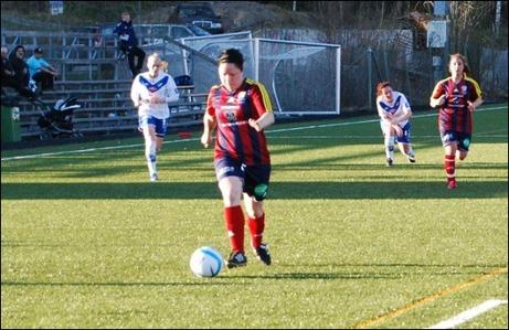 Matchens Lirare, Angelica Lindholm-Forsell, var svårstoppad i derbyt. Tre mål och i övrigt bra spel för den ständigt vandrande anfallaren. Hon kan dyka upp vart som helst på planen och är en plåga för varje försvar. Foto: Janne Pehrsson, Lokalfotbollen.nu.
