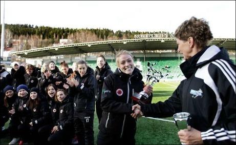 Kristianstads DFF vann Norrporten Cup ifjol och får här ta emot pokalen av Elisabeth Leidinge. Tyvärr kunde in skånelaget vara med i år och försvara bucklan. I år är de regerande svenska mästarna, Tyresö FF med Marta i spetsen, storfavoriter till segern. Foto: SDFF:s hemsida