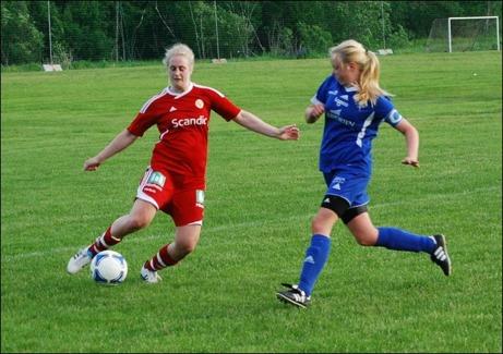 Ida Söderström lyfter in 4-1 till Sund ur snäv vinkel. Agnes Hurtig Edlund är ute steget för sent. Foto: Janne Pehrsson, Lokalfotbollen.nu.