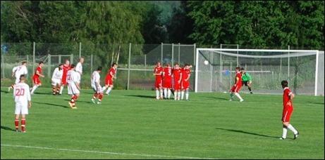 André Grim gör 2-0 till Alnö på frispark när ö-laget vann Alnösundsderbyt med 3-1 på Malands perfekta gräsrektangel i förra mötet. I morgon möts lagen igen men på Släda IP den här gången i en helt avgörande match om seriesegern. Foto: Janne Pehrsson, Lokalfotbollen.nu.