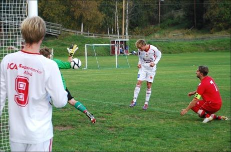 Alnös Johan Hammarström (# 9) kollar in när Jonathan Åhlin nickar in hans inspel till viktiga 2-1 borta mot Söråker. Målvakten Viktor Karlsson är på bollen men det räckte inte och lagkaptenen Robert Lagergren är överspelad. Ö-laget vann till slut med 3-1 och nu väntar STOR seriefinal på Släda IP nästa helg mot Sund. Foto: Janne Pehrsson, Lokalfotbollen.nu.