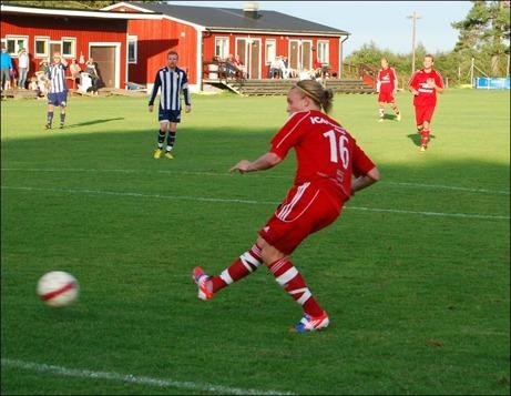 ...Patrik Kerttu som från nära håll distinkt satte en bredsida i mål. Foton: Janne Pehrsson, Lokalfotbollen.nu.