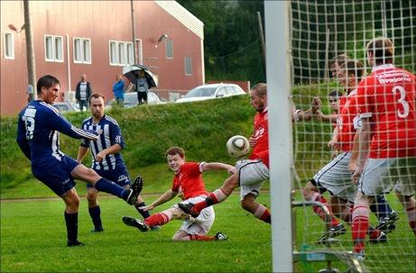 Kovland tog en klar 4-0-seger hemma mot ett tamt Svartvik. Här är Tobias Lundström framme och oroar gästernas försvar. I bakgrunden avvaktar tremålsskytten Jens Olsson. Foto: Nils Jakobsson, Bildbyrån.
