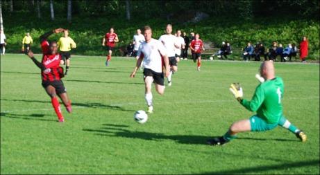 Här börjar Söråkers elände. Söders Bakary Dampha springer ifrån SFF:s höga backlinje och placerar in 1-0 utan chans för Peter Rönmqvist. Foto: Janne Pehrsson, Lokalfotbollen.nu.