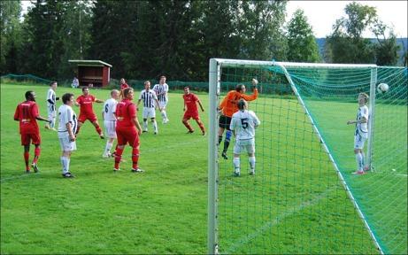 En av många matcher som spelades denna lördag var Hassel-Granlo på Hasslebacken. Här stänker Granlos kapten Alen Zulovic in 2-0 rakt upp i hemmakeepern Lars Perssons högra kryss. Granlo vann med 6-0 i en allt annat än välspelad fotbollsmatch. Foto: Janne Pehrsson, Lokalfotbollen.nu.