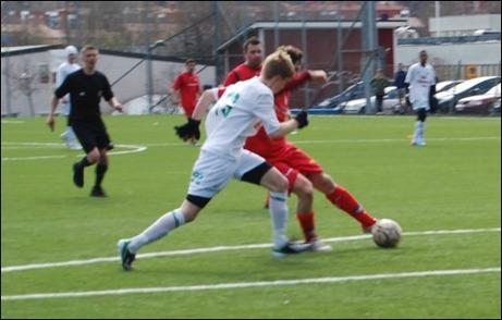 """Patrik Hägglund """"duffar in 2-0 till Granlo efter en soloraid. Ånges mittback Jesper Gulliksson något för sent ute. Då trodde många att segern var klar men Ånge 2 kämpade sig tillbaka in i matchen och knep en pinne. Foto: Janne Pehrsson, Lokalfotbollen.nu."""