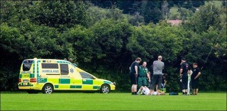 Ambulans tillkallades när Ångespelare Daniel Wallsten efter en förmodad nackskada och matchen fick avbrytas i väntan på ambulansen från Östersund. Foto: Emma Blomberg