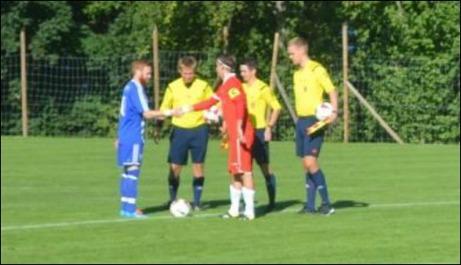 Så här långt var det jämnt i matchen mellan Sund och Avesta.  Lagkapterna Christian Gauffin Eriksson och André Westergren hälsar på varandra före avspark. Foto: Per Lindgren.