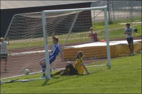 Oscar Berglund gör 2-0 för Avesta i serifinalen mot Kuben. Lagkaptenen Martin Fors kommer försent för att hindra målet. Foto: Per Lindgren.