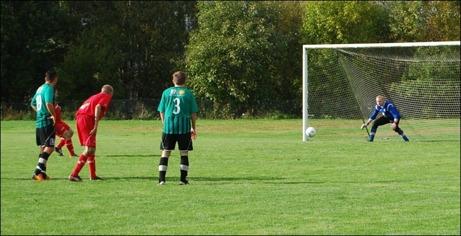 Är det det här målet som för Granlo till div. IV-spel nästa år? Alen Zulovic bredsidar säkert in 1-0 från elvameterspunkten. Fredrik Hultman, som förövrigt orsakade straffen, är maktlös. Foto: Janne Pehrsson, Lokalfotbollen.nu.