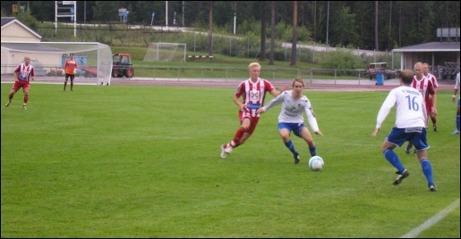 IFK Sundsvall och Avesta AIK bjöd på en målrik tillställning på Balders. Åtta mål fick publiken se och delades salomoniskt mellan lagen. Foto: Olov Lindgren