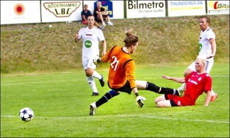 Söderhamns Niklas Holm sätter 2-1-målet i slutminuterna bakom den storspelande Stödekeepern Axel Hedenström. Foto: Björn Knutsson (klicka på bilden för fler bilder från matchen).