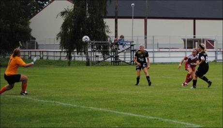 Hanna Ådahl vräker in Alnös sista mål i 7-0-segern borta mot Långsele på en fantastiskt fin gräsmatta på Faxevallen. Foto: Fredrik Lundgren.