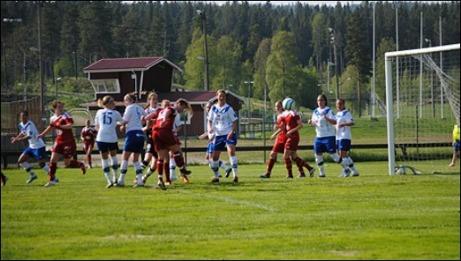 Maja Nyman nickar in 0-2 för Alnö i derbyt. Timrå kom dock tillbaka in i matchen och kvitterade innan Michaela Andersson satte segerbollen. Foto: Fredrik Lundgren.