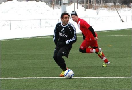 Ali Mirzad må ha varit planens kortaste spelare men det hindrade inte Östavalls nyförvärv från Torpshammar att nicka in matchens enda mål mot Söråker. Foto: Janne Pehrsson, Lokalfotbollen.nu.