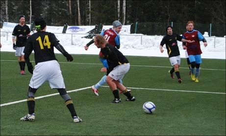 I den 24:e minuten avgjorde Patrik Larsson derbyt mellan Fränsta och Ljunga då han stötte in ett inspel från vänsterkanten. Tommy Zaar försökte men hann inte avvärja. Foto: Janne Pehrsson, Lokalfotbollen.nu.
