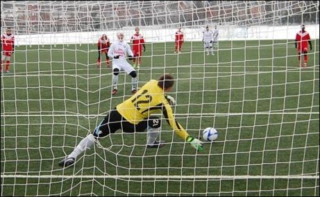 Även Ånges första mål tillkom på straff. Oskar Nordlund dyngde på och trots att Härnösands lånekeeper från Makedonien var på bollen var den tillräckligt hård för att han bara kunde styra den i mål via stolpen. Foto: Janne Pehrsson, Lokalfotbollen.nu.