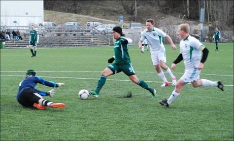 """Keeper vs Keeper. Luckstas anfallare, förre Timrå och IFK Sundsvall-målvakten, Christoffer Göransson är igenom men Niklas Pedro är ute perfekt och avvärjer djärvt framför fötterna på den anstormande """"CG""""."""