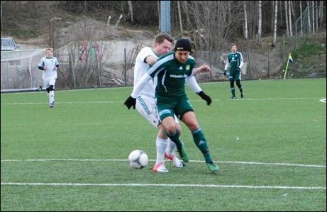 """""""CG"""" i farten igen. Här i en tuff närkamp med Essviks hårdföre mittback Marcus Sjöström."""