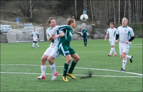 Luckstas spelande tränare Robert Johansson var allt annat än nöjd efter premiären. Här har han hamnat i klorna på Marcus Sjöström. Inte lätt att komma loss då.