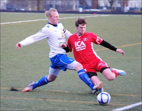 En av få tuffa närkamper när IFK Sundsvall 2 och Söråker möttes i premiären. Här får emellertid Joel Hammarström en rejäl kyss av IFK:s lagkapten Mattias Lund. Foto: Fredrik Lundgren.