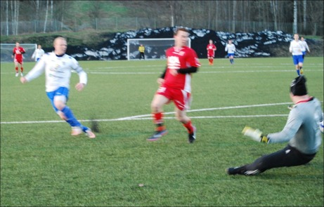 ...men Peter Rönnqvist är snabbt ute och avvärjer skottet på min suddiga bild.